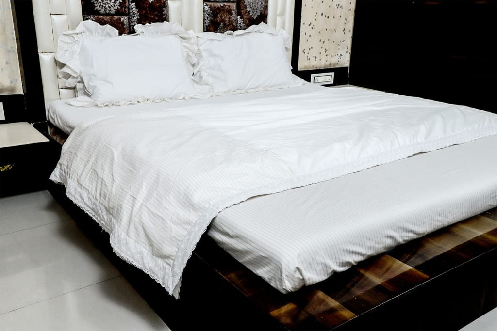 White with golden Striped Border 400 TC Cotton 1 Double Bedsheet with 2 Pillow Covers